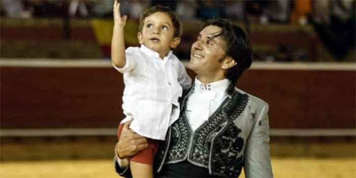 Diego Ventura pasea con su hijo su triunfo hoy domingo en Huelva.