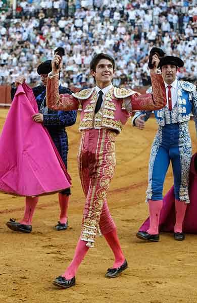 Sebastián Castella, con las dos orejas del primer toro de la tarde. (FOTO: Arjona)