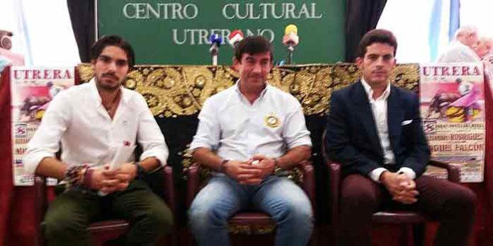 Miguel Falcón junto a los organizadores de la novillada mixta.