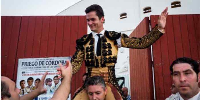 Daniel Luque, a hombros hoy en Priego de Córdoba.