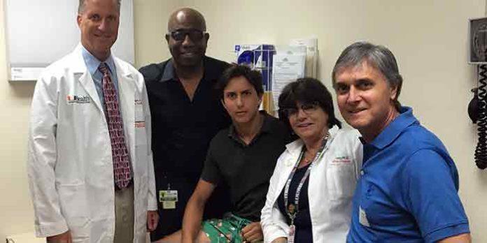 Roca Rey, junto al equipo médico que le ha tratado en Miami.
