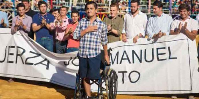 José Manuel Soto, rodeado de compañeros banderilleros en la reciente Feria de La Algaba, su pueblo. (FOTO: Telera)