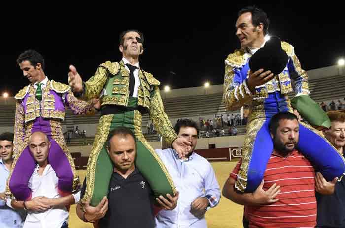 Luis Vilches, Padilla y El Cid, a hombros hoy viernes en Utrera. (FOTO: Brazo Mena)