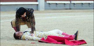 El novillero sevillano David Marín, tras caer desplomado hoy en Madrid en plena lidia. (FOTO: las-ventas.com)