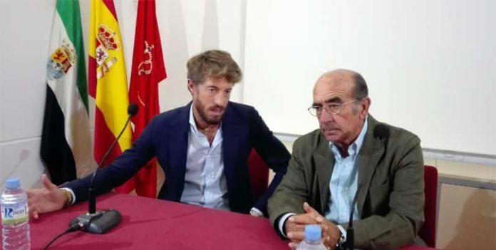 El diestro sevillano Manuel Escribano y el ganadero Adolfo Martín, durante el coloquio en Miajadas (Cáceres).