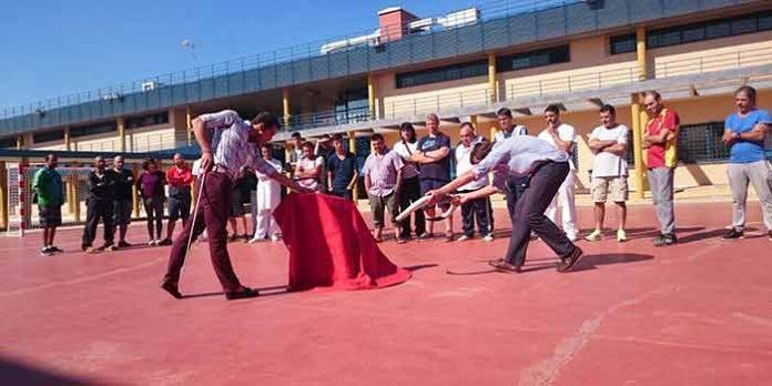 Pepe Moral, toreando de salón para los presos en el patio de la prisión de Sevilla.