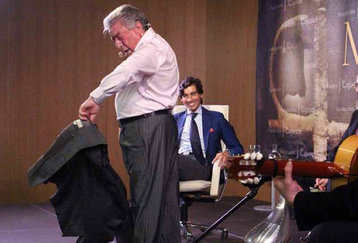 El cantaor Nano de Jerez, en presencia de Curro Díaz, torea de salón con su chaqueta al aire sevillano.