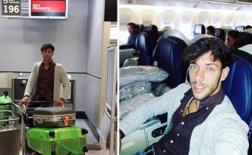 El diestro Antonio Nazaré, en el momento de subir en el avión en Sevilla rumbo a México.