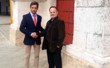 Juan Ortega y Pepe Luis Vargas sellan su compromiso profesional con un apretón de manos en la Puerta del Príncipe.