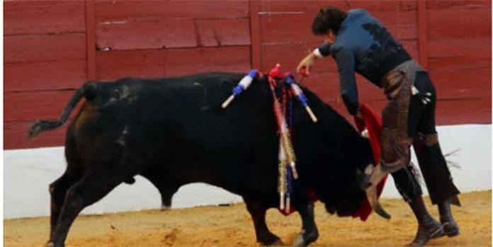 Estocada de Diego Ventura a su segundo toro en la corrida de rejones de ayer domingo en Zafra. (FOTO: Gallardo / Badajoz Taurina)