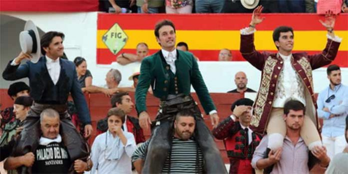 Diego Ventura, a hombros en Zafra junto a Andy Cartagena y Joao Moura. (FOTO: Gallardo / Badajoz Taurina)