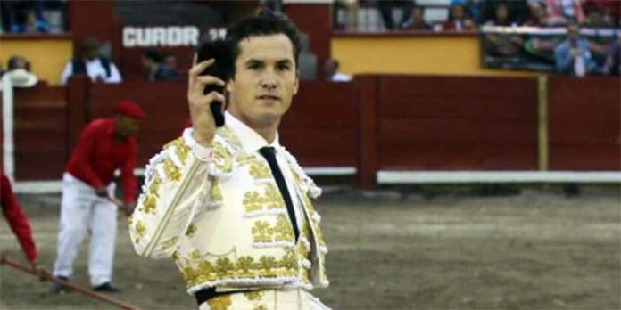 El sevillano Antonio Nazaré, con la oreja ganada en Tlaxcala.