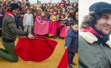 Morante, disfrutando hoy viernes en su pueblo de La Puebla del Río como un niño más.