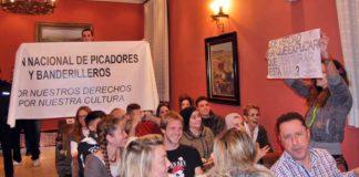 Pancartas a favor y en contra de los toros durante el pleno de Alcalá de Guadaíra. (FOTO: Alberto Mallado / Guadaíra Información)