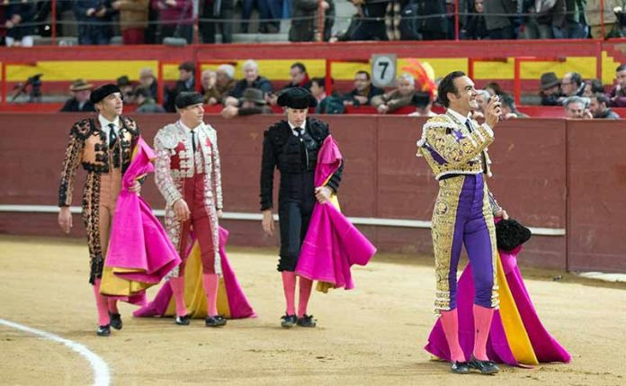 El Cid, paseando la oreja cortada hoy sábado en Valdemorillo.