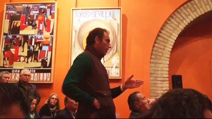 El sevillano Salvador Cortés le pregunta a Ramón Valencia las razones de lo que considera falta de respeto hacia él. (IMAGEN: Jesús Bayort / mundotoro.com)