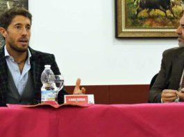 Manuel Escribano, junto al periodista Juan Belmonte en la charla de Osuna.