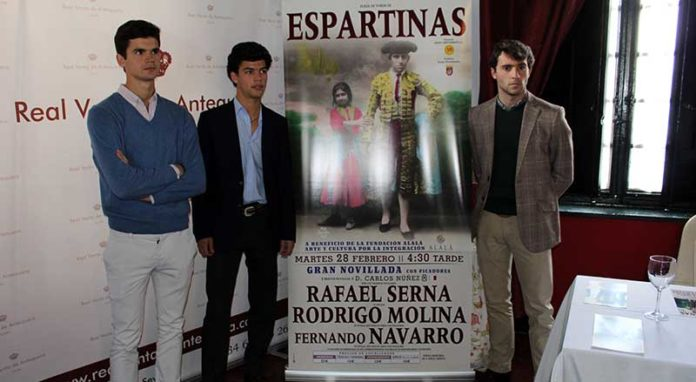 Los tres novilleros sevillanos, durante la presentación del cartel.