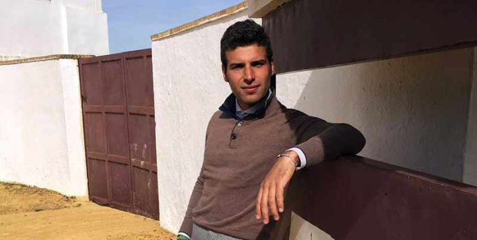 Miguel Ángel León, preparándose en el campo.