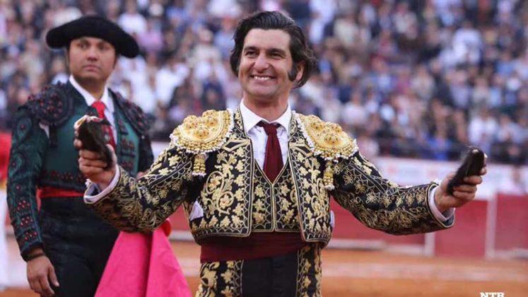 Morante, con las dos orejas del cuarto toro en México.