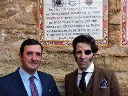 El ganadero Julio de la Puerta y Juan Jose Padilla, junto al azulejo al toro homenajeado.