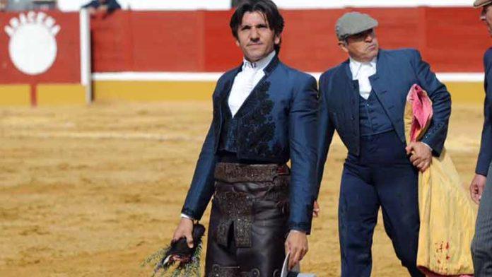 Diego Ventura, con la oreja cortada hoy domingo en Aracena. (FOTO: Matito)