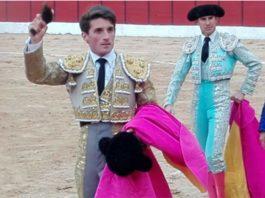 Alfonso Cadaval, con una de las dos orejas ganadas hoy sábado en Burgo de Osma (Soria).