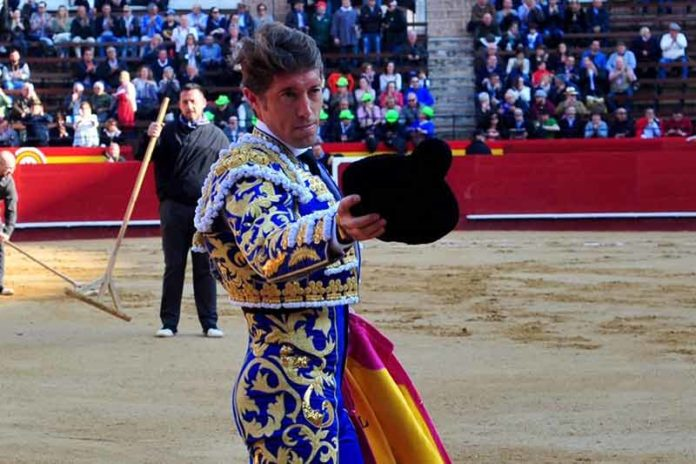 El público valenciano obliga a saludar a Escribano tras el paseíllo.