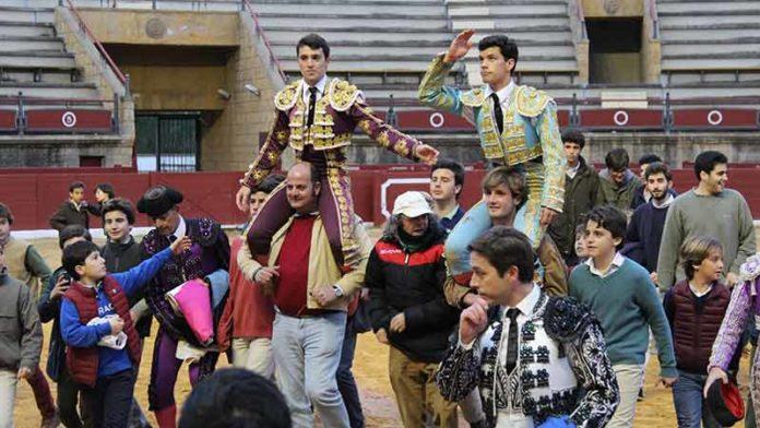 Rafa Serna y Rodrigo Molina, a hombros al finalizar la novillada de Espartinas del Día de Andalucía.