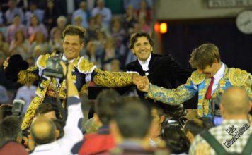 Julio Benítez, Diego Ventura y Manuel Díaz, a hombros hoy en Morón. (FOTO: Eduardo Porcuna)