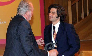 El rey Juan Carlos de Borbón entrega el trofeo a Morante de la Puebla.