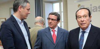 Los periodistas Alberto García Reyes y Antonio Lorca, junto a Curro Romero, en el acto de presentación del libro sobre Pepe Luis Vázquez.