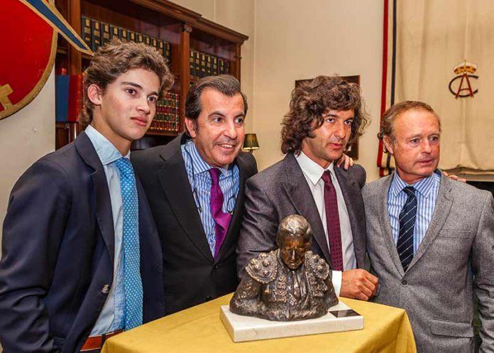 Morante de la Puebla recibe el trofeo 'Memorial Manolo Vázquez'.
