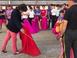 Morante de la Puebla junto a los alumnos de la Escuela de Madrid en el rued de Las Ventas.