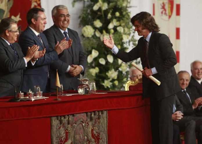 Morante recibiendo los trofeos de la Real Maestranza.