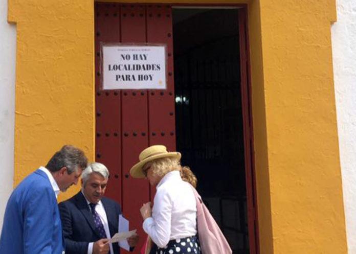 Cartel de 'No hay billetes' en las puertas de las taquillas hoy, Domingo de Resurrección.