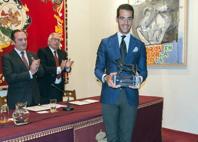 El sevillano Pepe Moral recibe el trofeo de Aula Taurina. (FOTO: Pepe Morán)