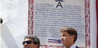 Victorino Martín y Manuel Escribano, ante el azulejo descubierto en la Maestranza en honor al toro indultado.