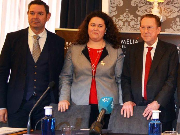La polémica delegada de la Junta en Sevilla, Esther Gil, flanqueada por el director general de Interior, Demetrio Pérez, y el consejero de Justicia e Interior de la Junta de Andalucía, Emilio de Llera.