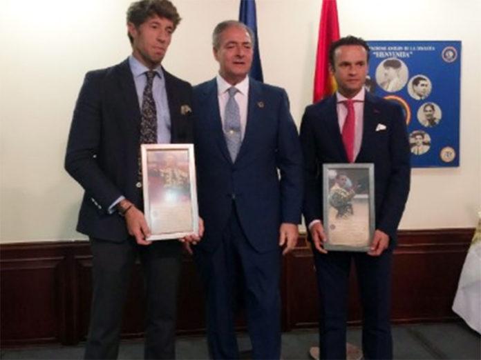 Manuel Escribano recibe, junto a Antonio Ferrera, el trofeo 'Héroe del toreo'.