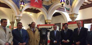 Acto de inauguración en el centro de Sevilla de la exposición sobre la ganadería de Miura.