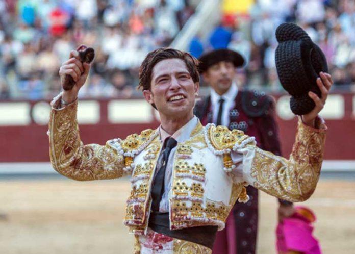 El novillero Ángel Jiménez, con la oreja cortada hoy en Madrid.