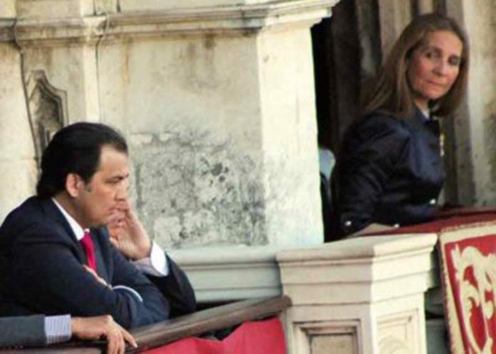 La Infanta Elena observa al discutido presidente José Luque Teruel mientras la plaza le abroncaba una decisión en la temporada 2016.