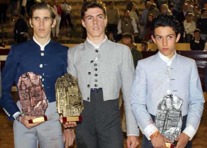 Los tres vencedores de la final del ciclo de becerradas andaluzas hoy en Osuna.