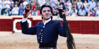 El rejoneador sevillano Diego Ventura, con las dos orejas y el rabo en Osuna.