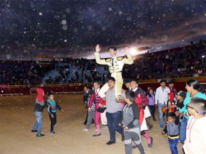 El sevillano Esaú Fernández, a hombros en Cutervo.