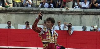 Manuel Escribano, con la oreja cortada en Nimes.