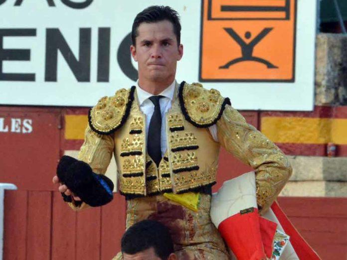 Daniel Luque, a hombros hoy sábado en la plaza de toros de Plasencia.