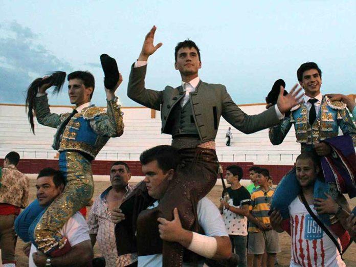 Manuel Moreno, a hombros junto a los dos novilleros hoy sábado en Santisteban del Puerto.