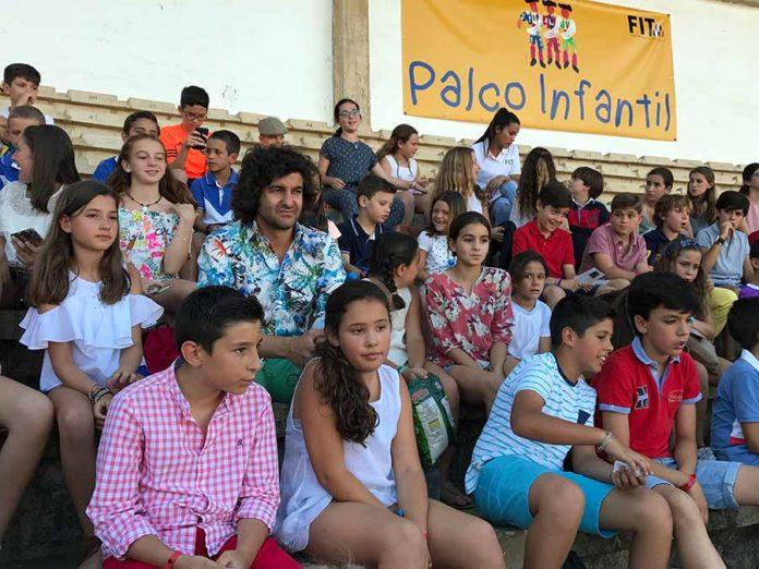 Morante, rodeado de niños en la primera corrida de la Feria de San Juan de Badajoz.